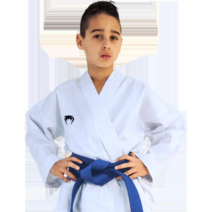 Детское кимоно для каратэ Venum Contender, Белое VenumЭкипировка для Каратэ<br>Детское кимоно (каратэги) для каратэ Venum Contender. Отличный выбор для юного спортсмена. Удобное, легкое, но при этом достаточно прочное кимоно. Позволяет тренироваться даже в максимальном ускорении, не создаёт дискомфорта. Изготовлено из смесовой ткани плотностью 7 унций. Каратэги хорошо впитывает пот и дышит. Минимальное количество вышивки и патчей. Штаны удерживаются за счёт эластичного пояса со шнурком. Специально усиленные места в областях с высокой нагрузкой. Кимоно не мнется, не вытягивается. Оно сохраняет достойный вид и после многочисленных стирок. Некоторые тренера рекомендуют брать кимоно на 5см больше вашего размера. Выполнено в классическом белом цвете, который символизирует скромность и смирение. Состав: 51% хлопок, 49% полиэстер. Пояс (оби) в комплект НЕ входит.<br><br>Размер: 120см