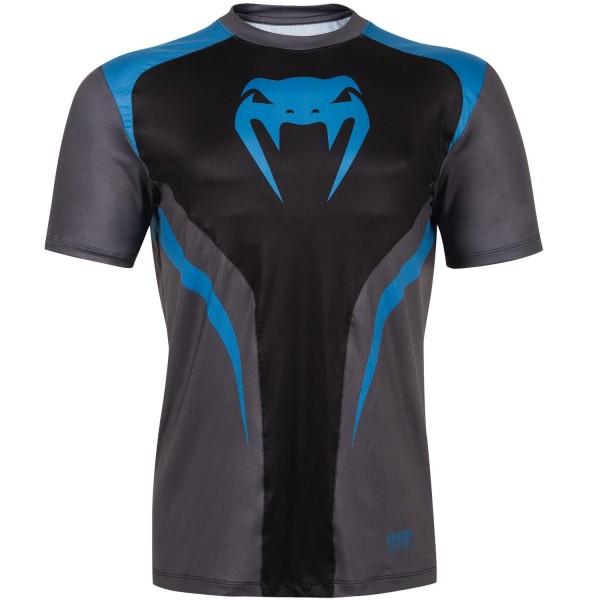 Тренировочная футболка Venum Predator VenumФутболки<br>Тренировочная футболка Venum Predator. Новая футболка Predator от VENUM специально создана для того, чтобы сражаться не только против спарринг-партнера, но и против природных явлений. Стретчевый материал не сковывает движения и обеспечивает комфорт во время тренировок любого уровня интенсивности. Неважно, какая погода на улице – она не помешает Вам сфокусироваться на тренировке. Легкая ткань из полиэстера и эластана, а также сетчатые панели позволяют Вам сохнуть быстрее. Специальная бесшовная конструкция обеспечивает комфорт для Вашей кожи. Система Dry Tech впитывает пот, благодаря чему Ваше тело остается свежим во время тренировокСостав: 100% полиэстер.<br><br>Размер INT: M