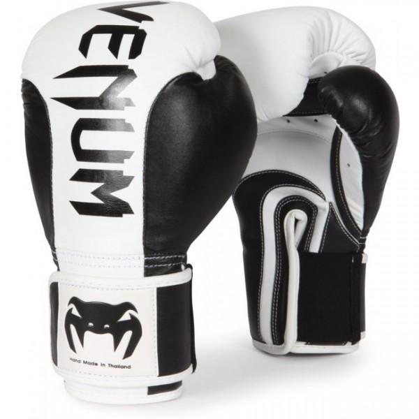 Перчатки боксерские Venum Absolute Black/White, 16 унций VenumБоксерские перчатки<br>Перчатки боксерские Venum Absolute Black/White обладают великолепной защитой в 5 слоев пены! Наиболее удобные перчатки, которые Вы когда-либо носили. Особенности:самые выдающиеся перчатки от Venum. Профессиональное исполнение на высочайшем уровне. 100% кожа Nappa100% прилегание большого пальца для максимальной безопасностирельефный 3D логотип Venumширокий ремень на липучке<br>