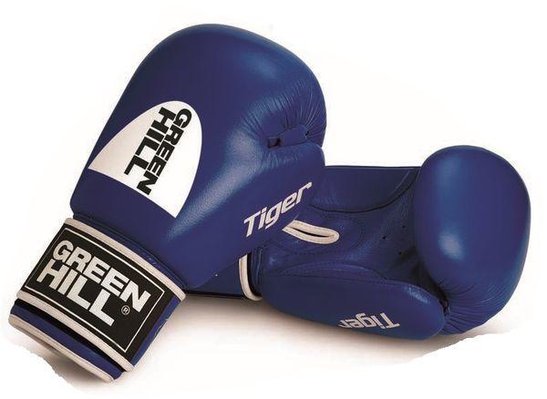 Перчатки боксерские tiger (c новым логотипом), 14 oz Green HillБоксерские перчатки<br>Боевые боксерские перчатки Tiger. Верх сделан из натуральной кожи, вкладыш- предварительно сформированный пенополиуретан. Манжет на «липучке». В перчатках применяется технология Антинакаут. Перчатки применяются как для соревнований так и для тренировок. Без выделенной белой части.<br><br>Цвет: Синий