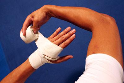 Как зафиксировать большой палец руки эластичным бинтом